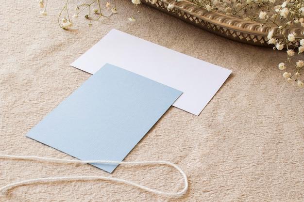 Papier nature morte sur nappe beige