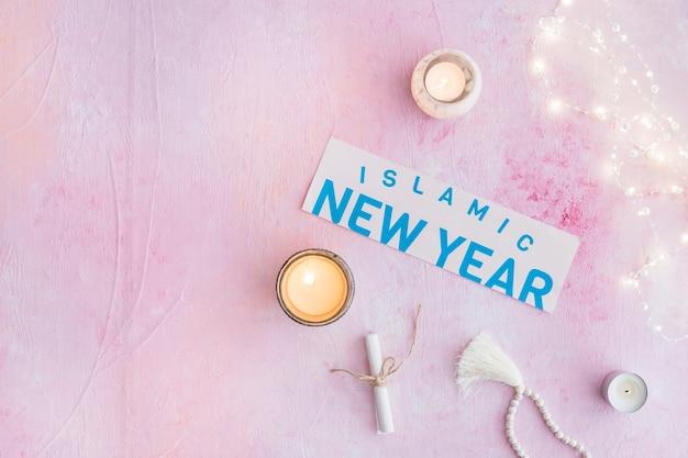 Papier de nouvel an islamique et lumières sur rose