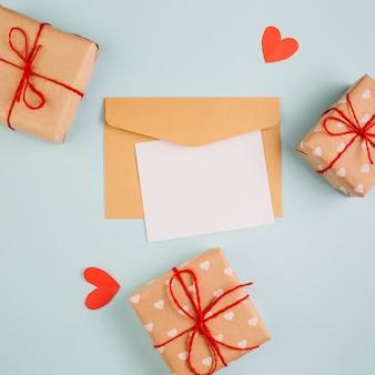 Papier avec petites boîtes-cadeaux sur la table