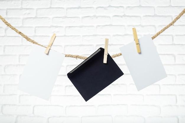 Papier photo attaché à une corde avec des épingles à linge