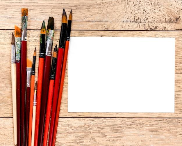 Papier avec pinceaux d'artiste