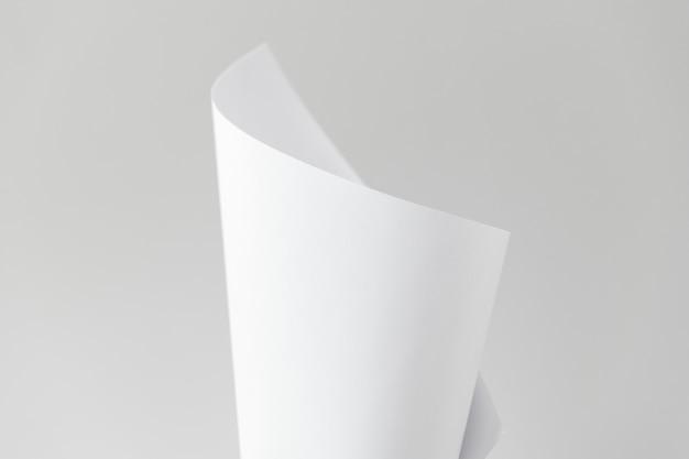 Papier plié blanc vierge sur fond gris