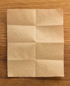 Papier plié sur fond de bois