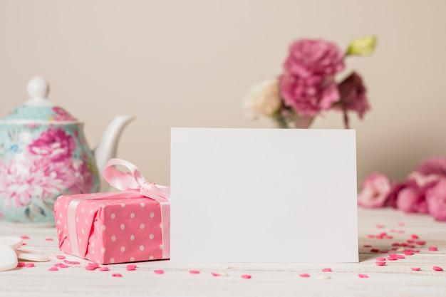 Papier près de la boîte et de la théière