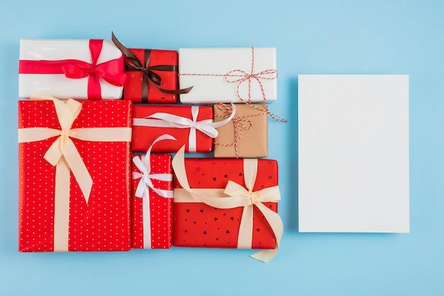 Papier près d'un ensemble de boîtes-cadeaux dans des emballages