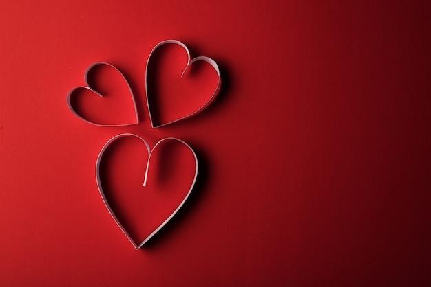 Papier red hearth sur fond rouge