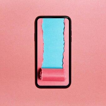 Papier rose déchiré avec un espace pour le texte de couleur cyan sur l'écran du smartphone. rose pastel texturé.