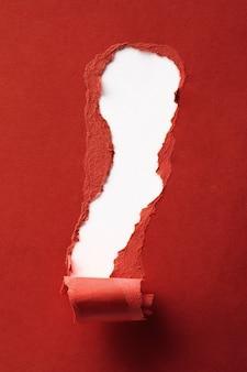 Papier rouge déchiré avec un espace pour votre texte se bouchent