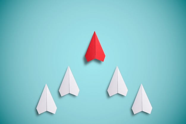 Papier rouge volant devant du papier blanc. concept de leadership.