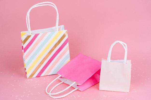 Papier sacs shopping ou cadeau sur fond rose avec copie spaсe. concept vente, shopping, vendredi noir.