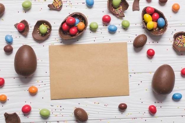 Papier shee au milieu des bonbons de pâques