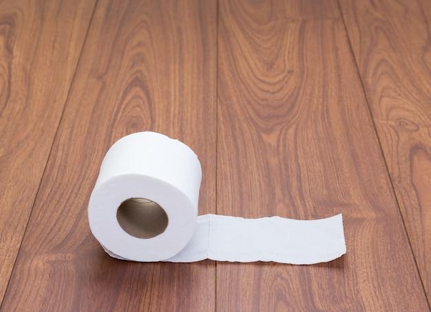 Papier de soie blanc sur fond de bois