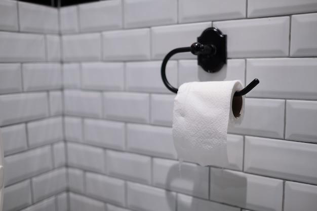 Papier de soie sur mur, toilette