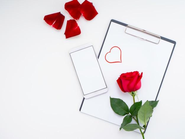 Papier symbole coeur rouge avec rose sur blanc