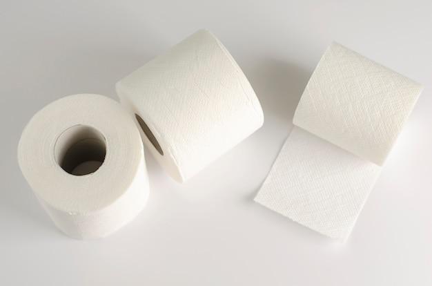 Le papier toilette blanc roule sur le blanc.