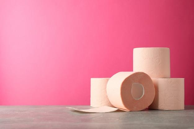 Papier toilette contre rose