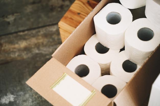 Papier toilette dans une boîte artisanale en carton dans un magasin sans plastique