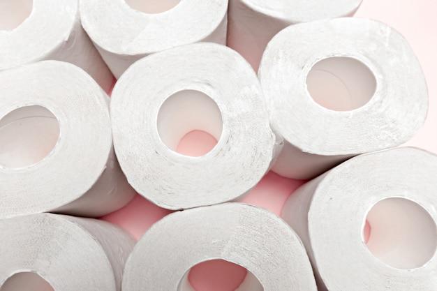 Papier toilette sur fond rose