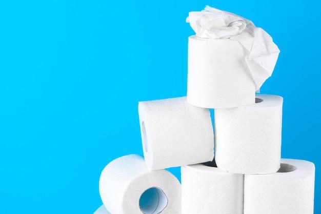 Papier toilette. gros plan sur bleu