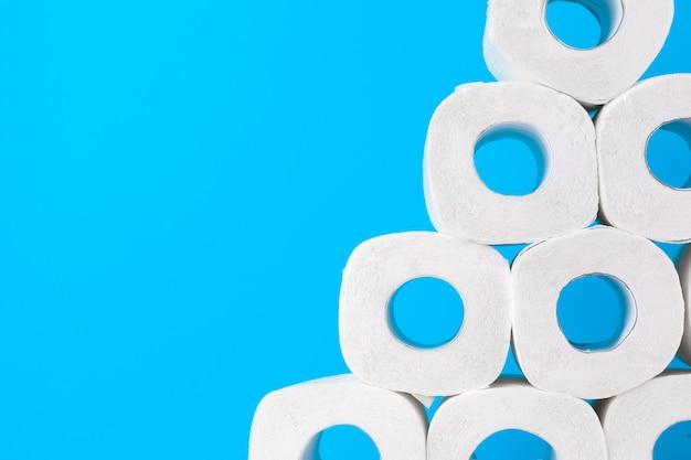 Papier toilette. gros plan sur fond bleu