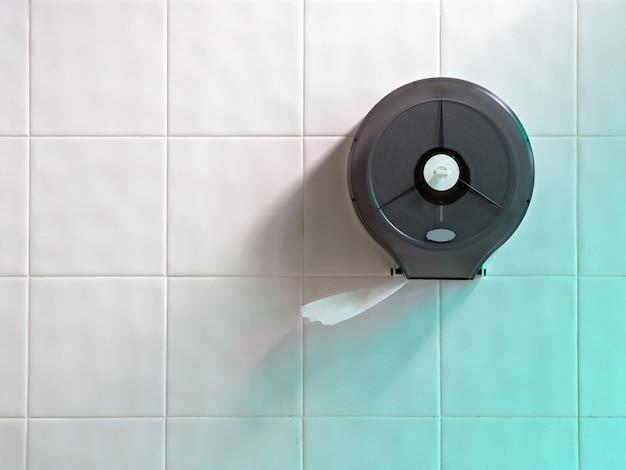Papier toilette sur mur blanc