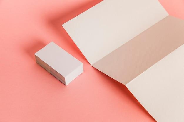 Papier trippy et pile de cartes d'affaires