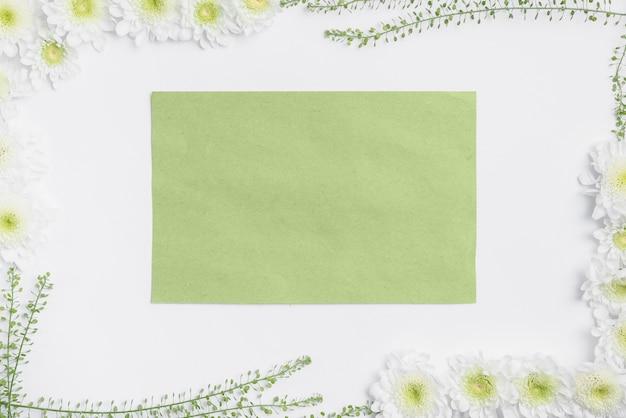 Papier vert à l'intérieur de la frontière