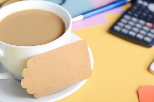 Papier vide avec café, biscuits et calculatrice