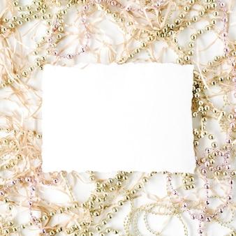 Papier vide et décoration de guirlandes de noël.