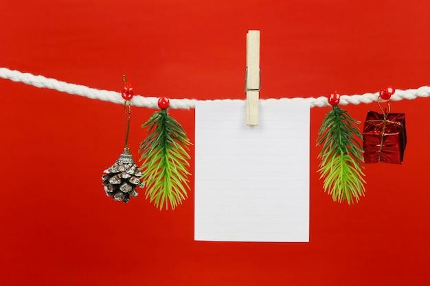Un papier vide est suspendu à la corde à linge.