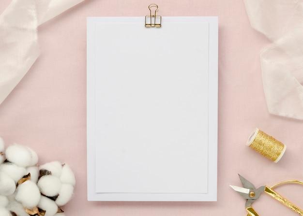 Papier vide avec des fleurs de coton