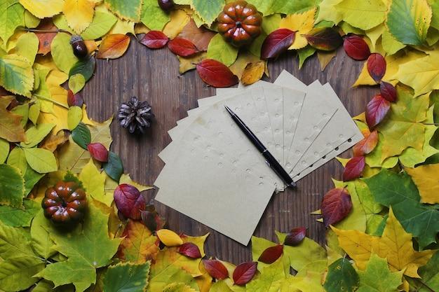 Papier vide sur fond de feuilles d'automne et stylo