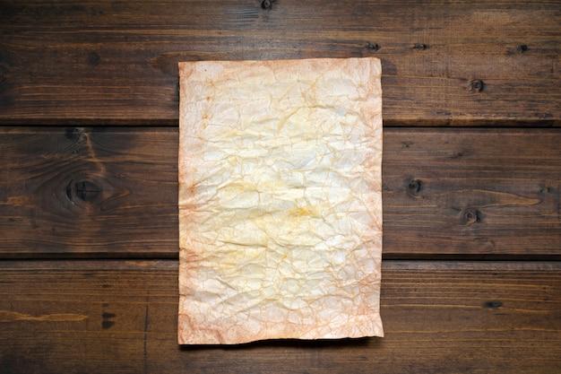 Papier vieilli artificiellement sur un bois rustique marron