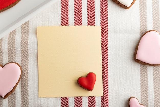 Papier vierge et biscuits en forme de coeur. espace pour vos salutations. fête des mères. la saint-valentin.