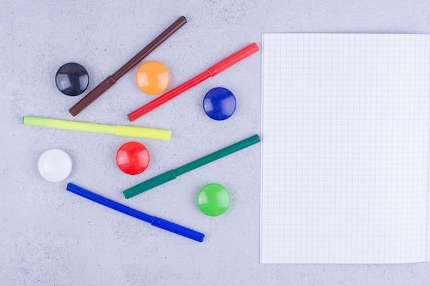 Papier vierge blanc avec des épingles colorées autour