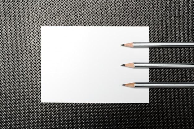 Papier vierge et crayon