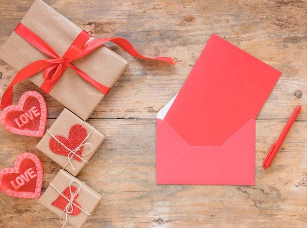 Papier vierge dans une enveloppe avec des cadeaux