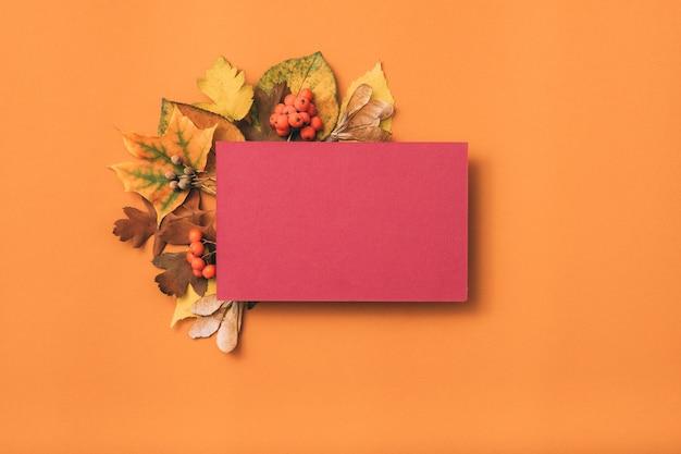 Papier vierge rose. salutation de vacances. décor de feuilles d'automne.