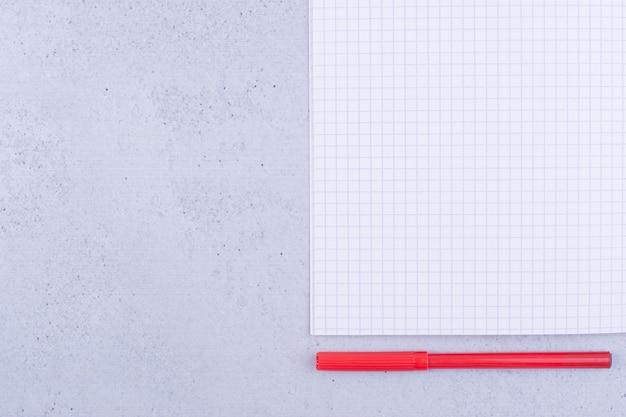 Papier vierge vérifié avec un stylo rouge