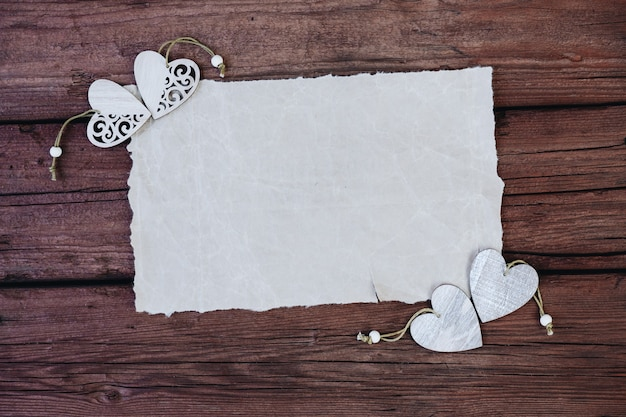 Papier vierge ou vierge avec des coeurs en bois sur un fond en bois espace pour l'espace texte cpy
