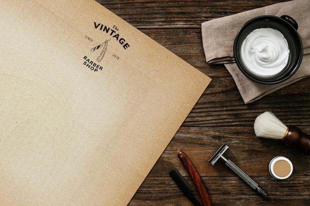 Papier vintage avec des outils de salon de façonnage de barbe