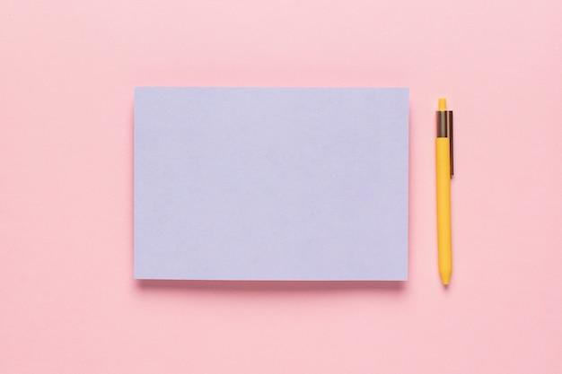 Papier violet avec crayon