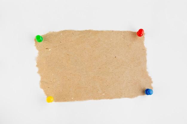Papier vue de dessus avec des épingles