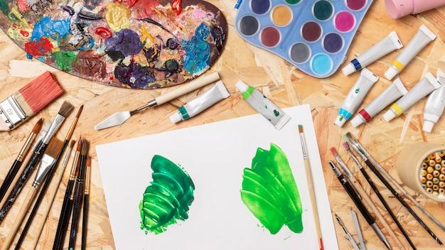 Papier avec vue de dessus de peinture verte