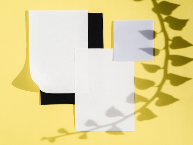 Papiers blancs vue de dessus avec des ombres
