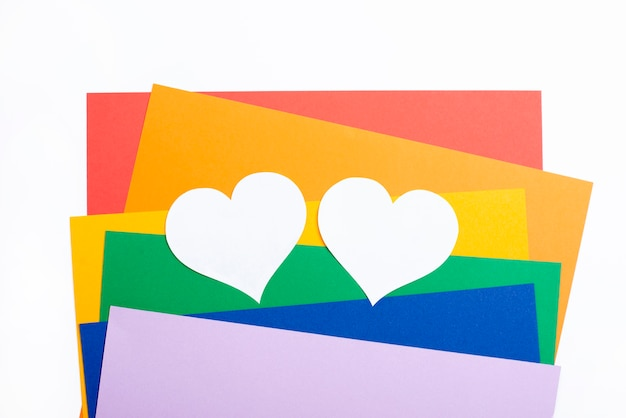 Papiers colorés et coeurs blancs