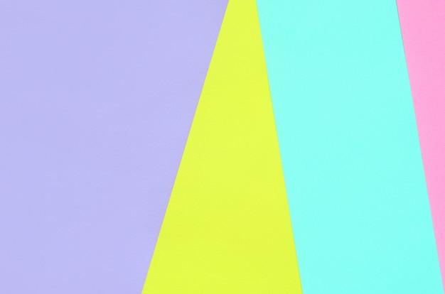 Papiers géométriques roses, violets, jaunes et bleus.