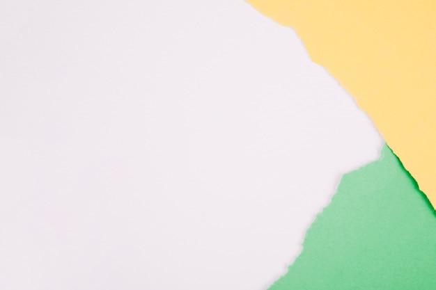 Papiers en lambeaux sur blanc uni
