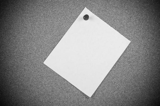 Papiers de note blanche sur fond de panneau de liège.