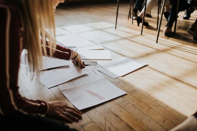Papiers sur un plancher en bois